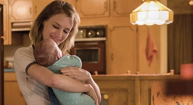 """Una scena tratta dal film """"Tully"""" con Charlize Theron nelle vesti di Marlo, madre di tre figli, e Mackenzie Davis nel ruolo di una speciale tata notturna"""