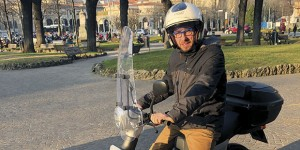 Stefano Zenoni, assessore all'Ambiente e alla mobilità, alla guida del proprio scooter elettrico
